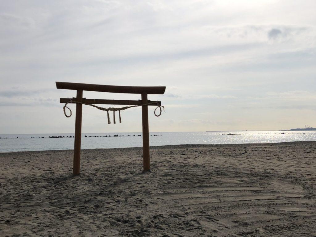 さがらサンビーチに鳥居が建立されました